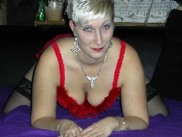 Gerne bumsende Hostess Sophie will unbedingt bumsen