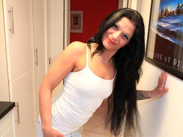 Intimrasierte Ehefrau Lina-Sophie braucht triebhaften Sex