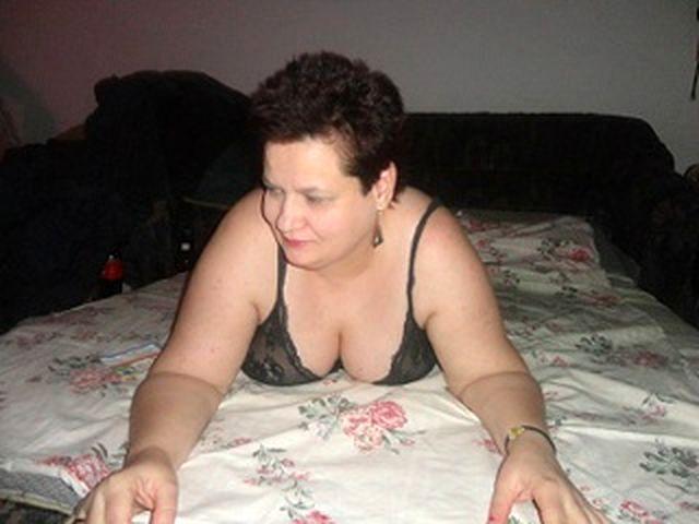 Junggebliebene Bikerin Cassandra braucht kein Sexspielzeug