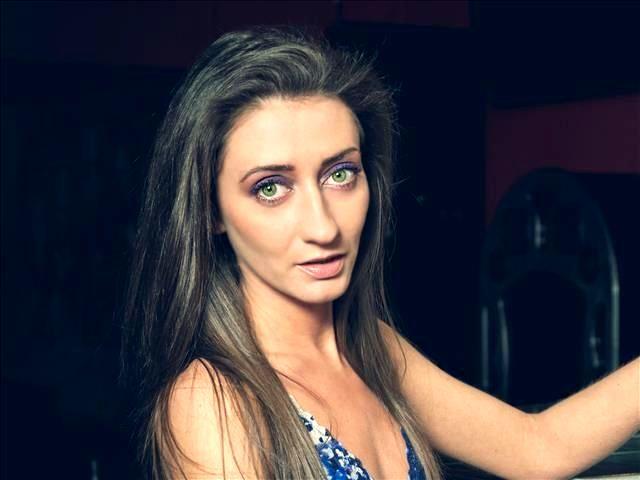 Mädchenhafte Mama Franziska braucht versauten Sex