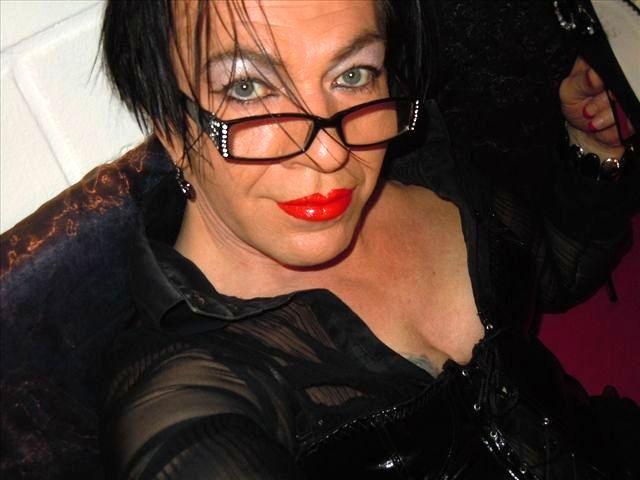 Untervögelte Sekretärin Layla möchte geil poppen