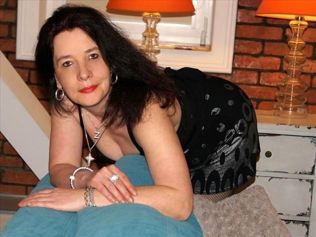 Versaute Friseurin Elise möchte einen Sexfreund