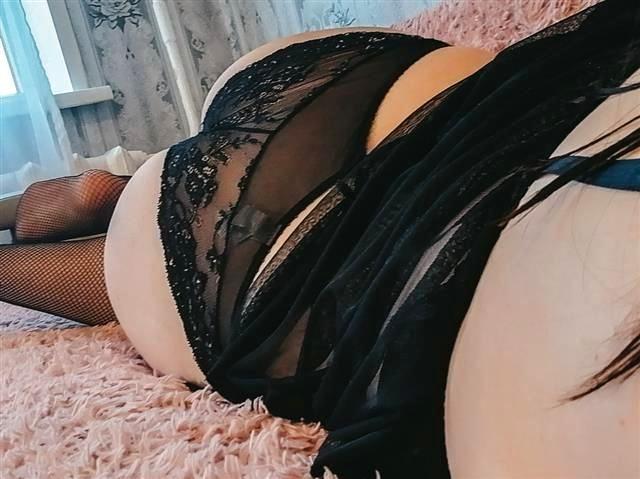 Gut gebaute Sexpartnerin Luisa braucht keine Dildos