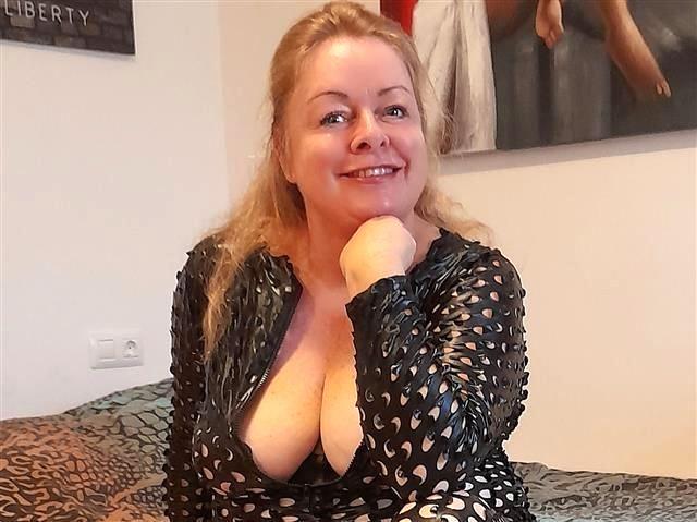 Sexsüchtige Tante Melanie möchte einen bumsen