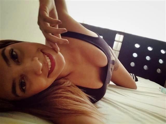 Unterhaltsame Hostess Mona möchte lustvollen Sex