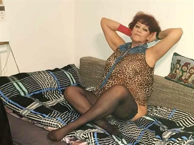 Wollüstige Hausfrau Ines will lustvoll poppen